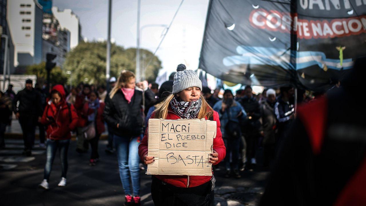 Cientos de personas se movilizan este jueves contra el gobierno de Mauricio Macri por la crisis económica en Buenos Aires
