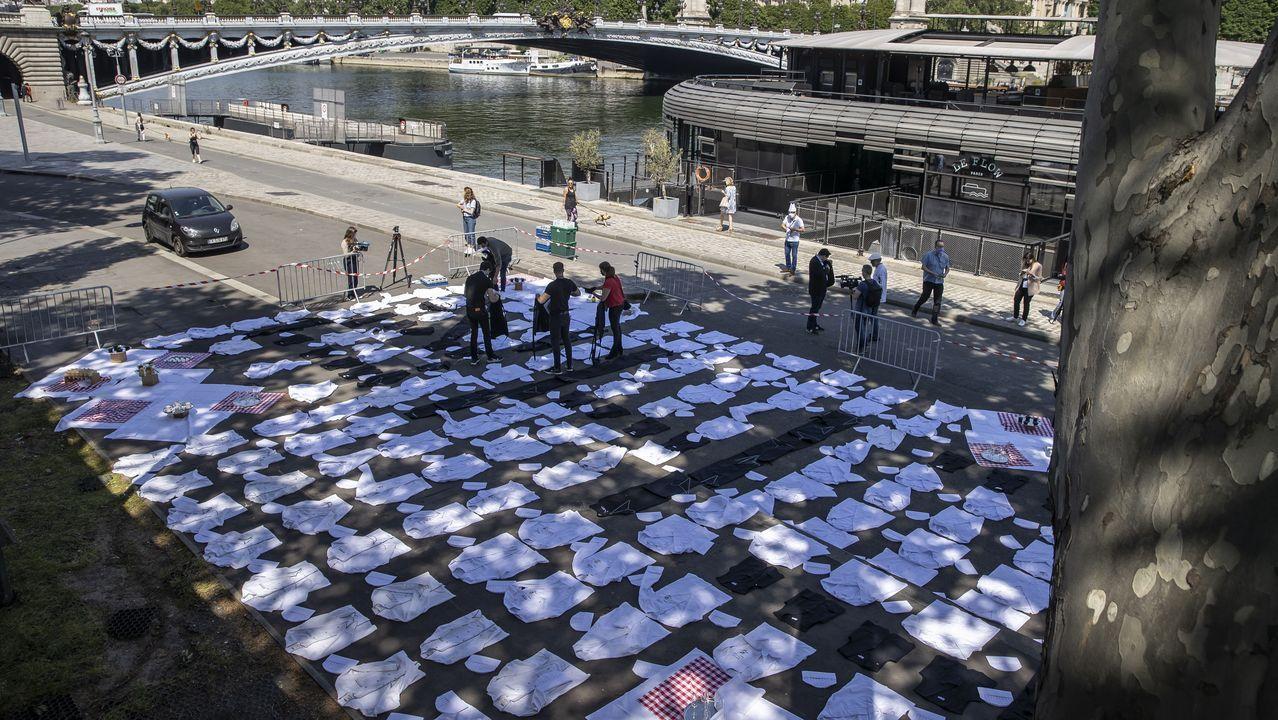 Chefs franceses colocan sus chaquetillas a orillas del Sena en una acción de protesta por el cierre de los locales de hostelería en el país