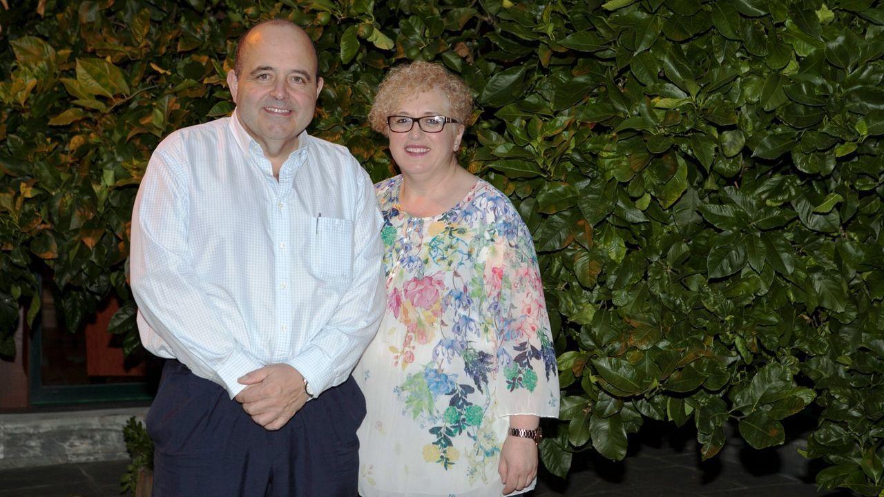 Juan López y Carmen García, propietarios del Hotel O Cabazo, de Ribadeo, que tiene 42 habitaciones