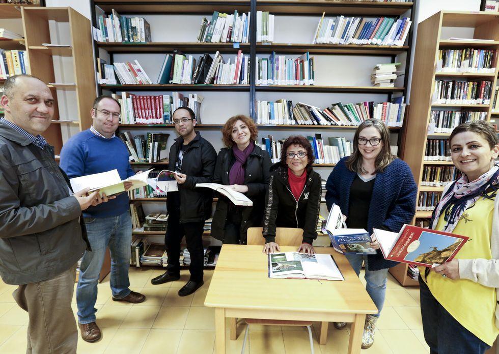 La boda del año en Turquía.Los docentes turcos, acompañados de la jefa de estudios, en la biblioteca del Ollos Grandes.