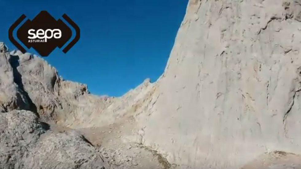 Rescate de montaña en el Urriellu.Dos montañeros contemplan las vistas desde la vega del Urriellu, en Picos de Europa