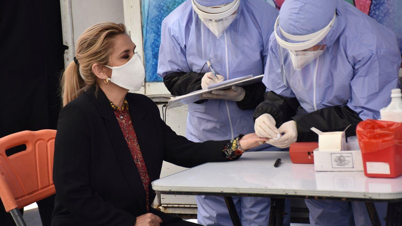 Un grupo de pasajeros consulta los vuelos en el Aeropuerto de Asturias.Una enfermera y una paciente entran en el hospital de campaña de Lérida