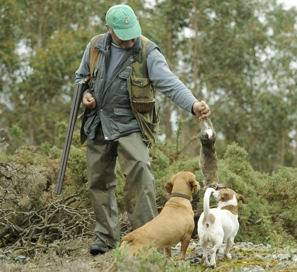 Un cazador en Silleda, en el primer día de la temporada.