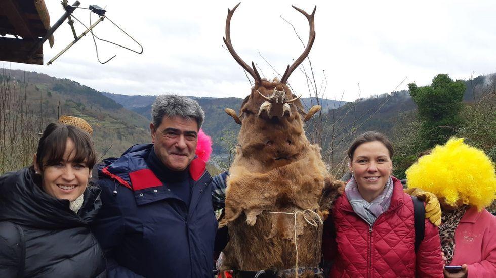 La diputada provincial de turismo, Pilar García Porto (a la derecha), acudió al Entroido Ribeirao