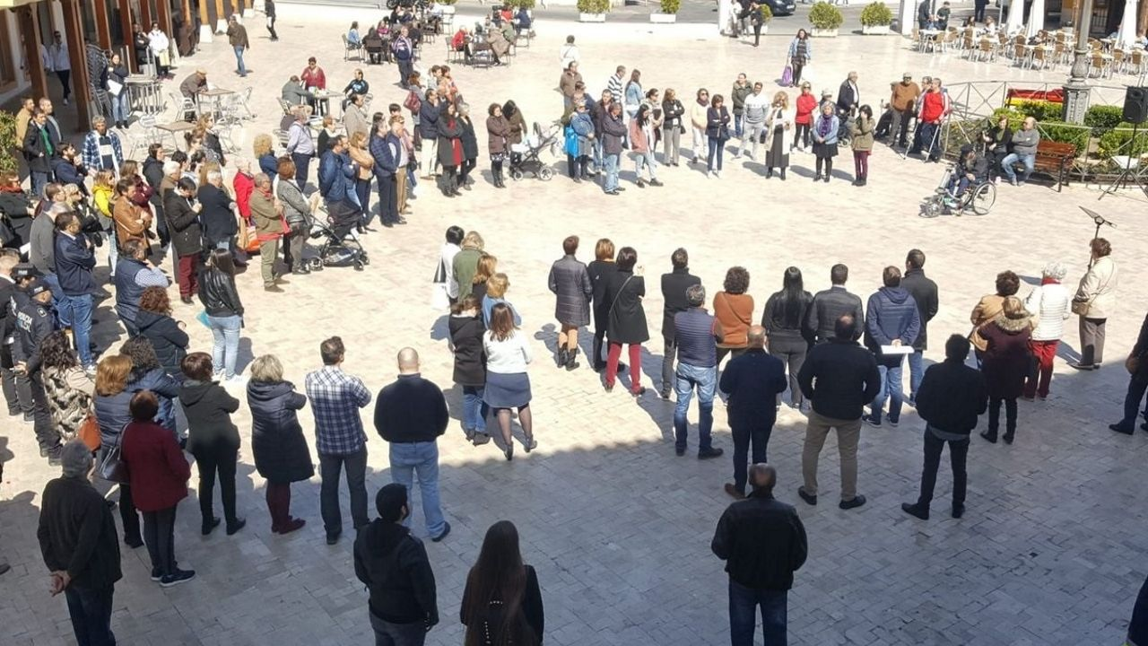La Plaza de la Constitución ha acogido hoy a las 12 una concentración de repulsa. El Gobierno local ha convocado una segunda concentración para esta tarde a las 18 horas «por petición vecinal»