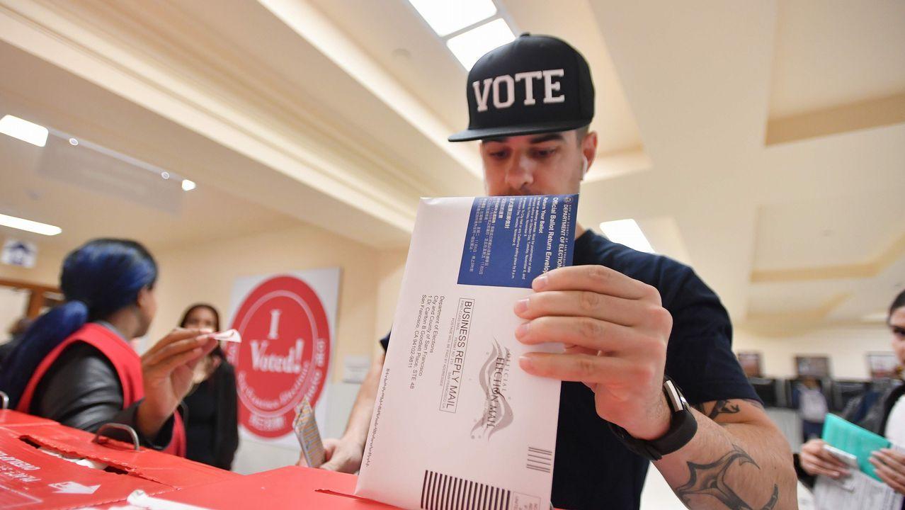 Un joven, votando en San Francisco