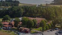 Imagen del pazo de Meirás desde la escalinata de los jardines