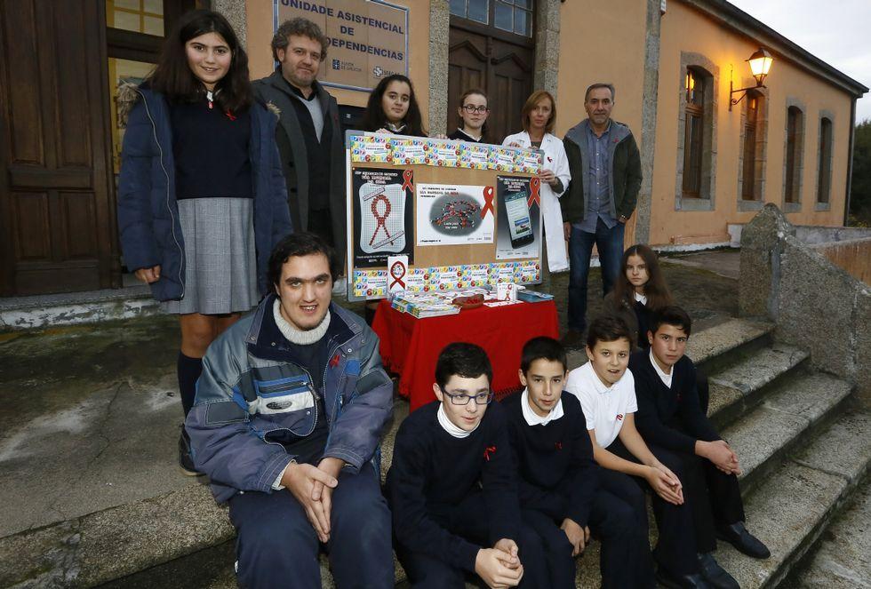 monotitih.Ofrenda floral por las víctimas del VIH en el Bosque de la Memoria de Gijón