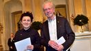 Tokarczuk y Handke, posando ayer en Estocolmo tras sus lecturas en la Academia Sueca de los discursos de aceptación del Nobel