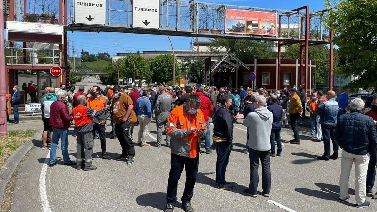 Carril de tren de Arcelor, en Veriña.Concentración de trabajadores de ArcelorMittal a la entrada de la factoría de Avilés