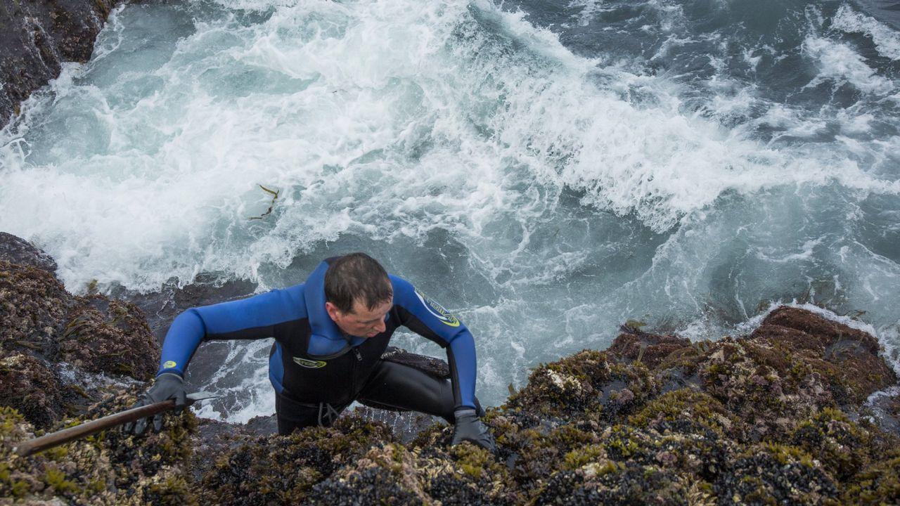 Jugándose la vida entre olas de cuatro metros.Varias oenegés reclamaron a los ministros que atiendan a la sostenibilidad biológica a la hora de fijar cupos