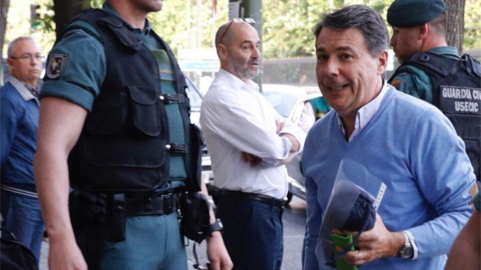 CISH.Nieto, a la derecha, escucha en el Congreso a Rafael Merino, presidente de la Comisión de Interior.