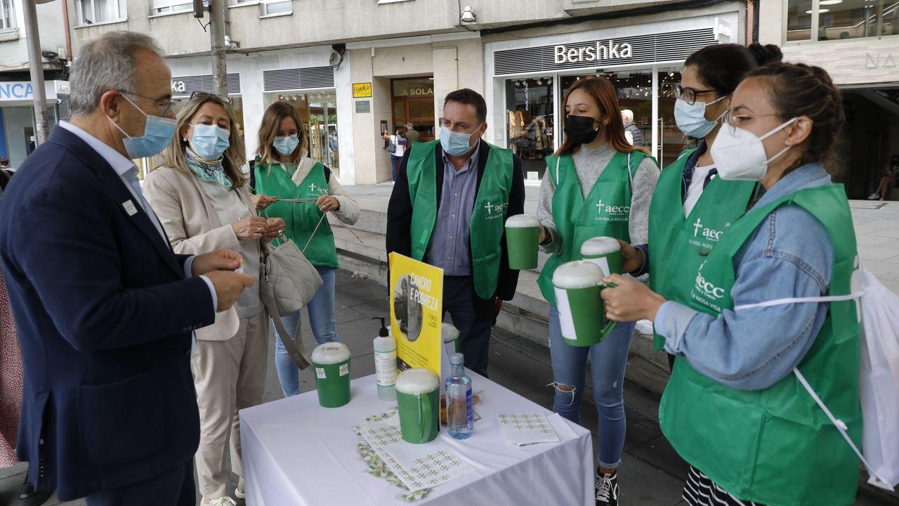 Las imágenes de la andaina solidaria que promovió Abellariza en favor del cáncer.Foto de archivo de una de las cuestaciones celebradas por la delegación local de la AECC