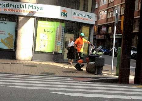 <span lang= es-es >Gijón</span>. El carril está separado de la calzada por un bordillo, lo que conlleva cierto peligro para el ciclista en caso de caída.