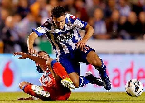 Depor.El portugués Bruno Gama cae al suelo ante la contundente entrada del exdeportivista Filipe Luis.