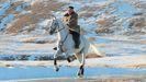 Kim Jong-un aparece cabalgado las faldas del monte Paektu, un lugar considerado sagrado en el ideario del régimen.