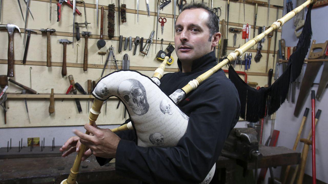 Marcos García tunea las gaitas al gusto del cliente: en la imagen, posa con una de las suyas, forrada con una tela de calaveras
