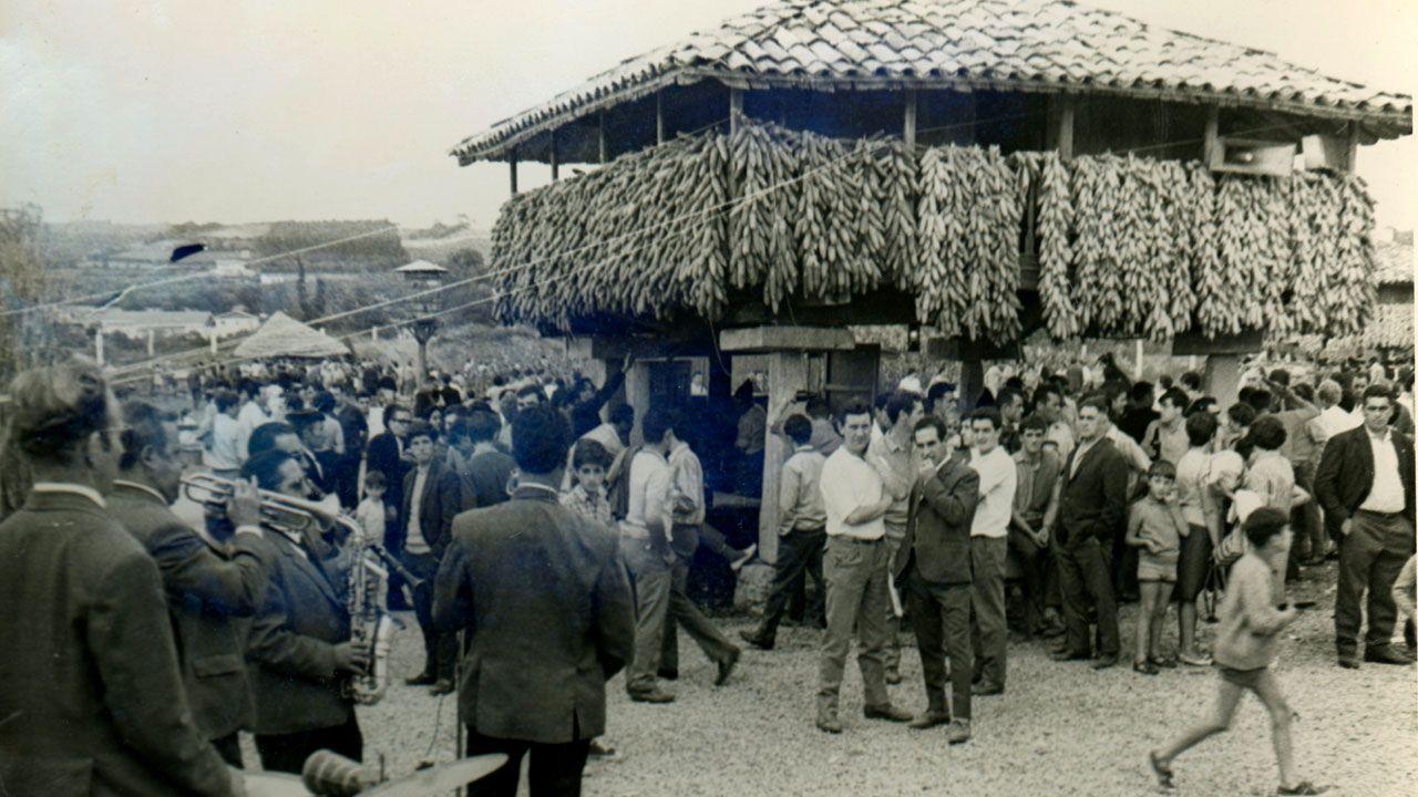Visitantes del Pueblo de Asturias junto al hórreo, el día de su inauguración en 1968