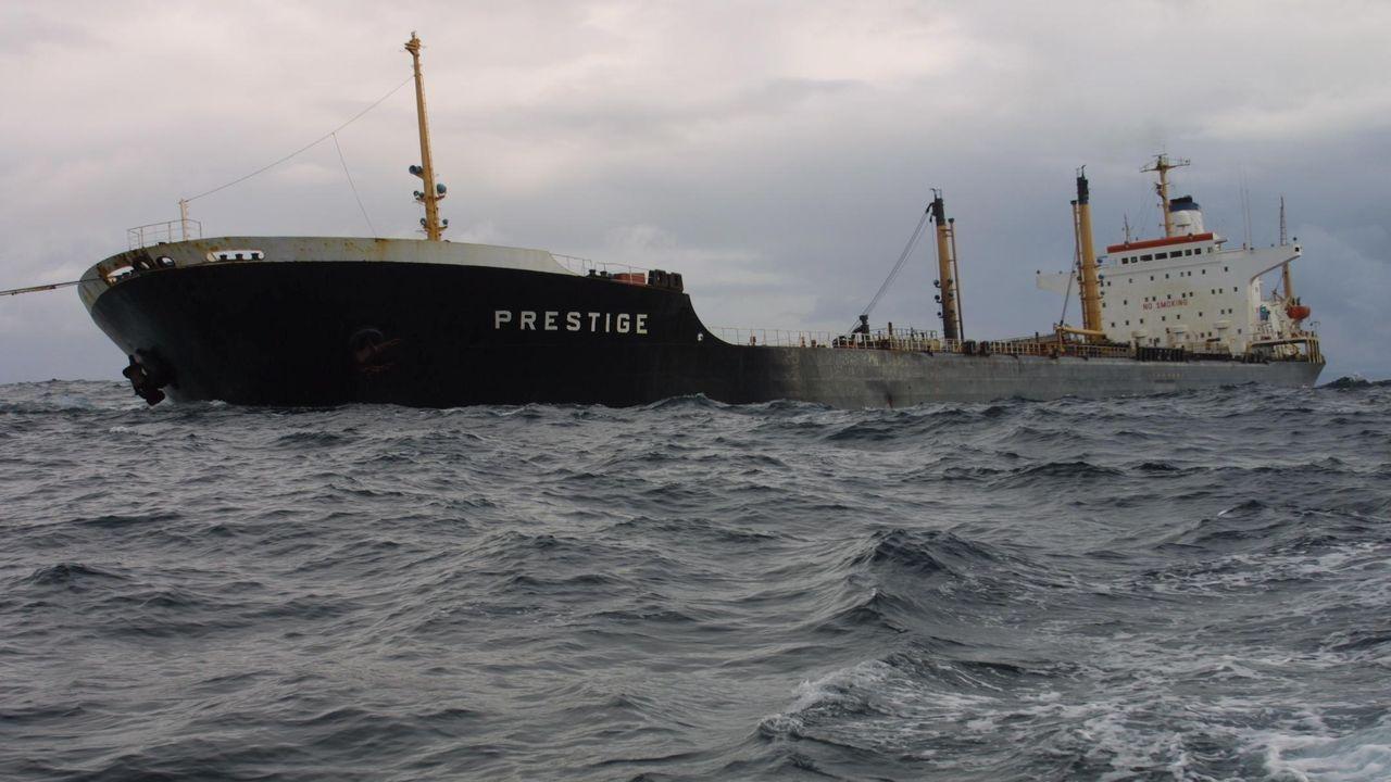 El Prestige, mientras era remolcado mara adentro tras el accidente
