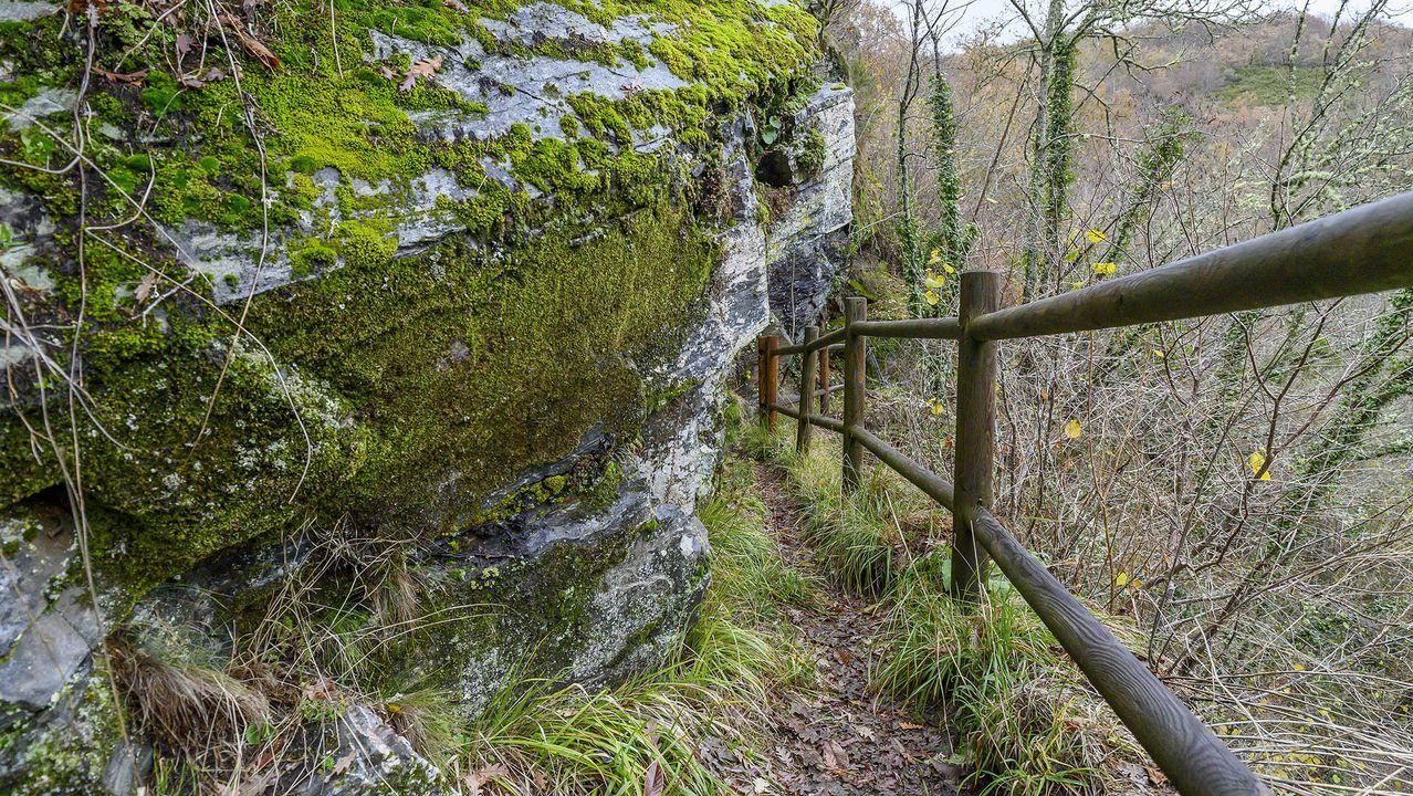 Una parte del recorrido discurre por un antiguo canal de regadío labrado en la roca