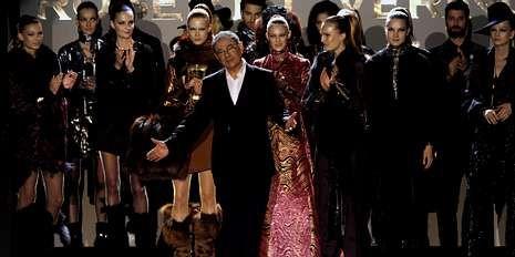 Madrid Fashion Week abre sus puertas.El diseñador saluda al público rodeado de algunos de sus modelos.