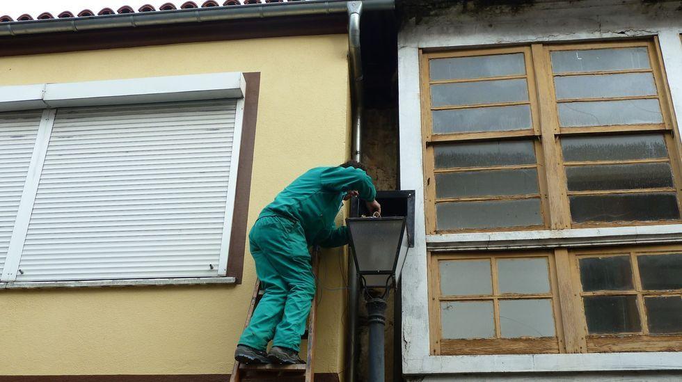 Renovación del alumbrado público en la calle Abeledos, en una imagen de archivo