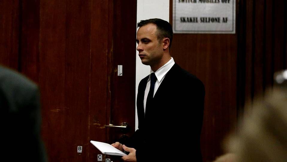 Oscar Pistorius pasa por delante de la puerta a través de la que tiroteo a su novia tras finalizar su declaración