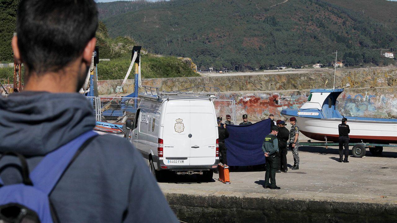 Dispositivo para rescatar un coche que se precipitó al mar en el puerto de Burela