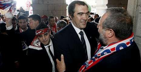 Carlos Mouriz recibe la felicitación de López Orozco, alcalde de Lugo, en la entrada al Concello de Lugo.