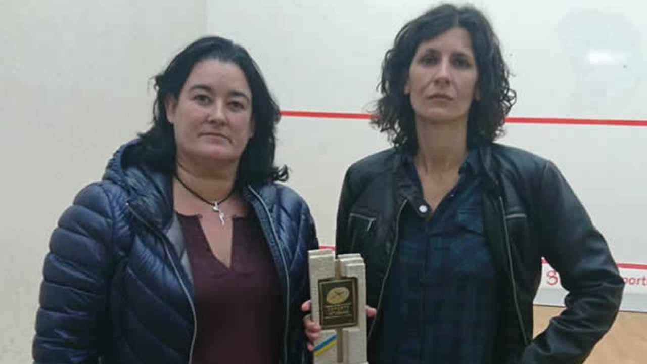 La vocal de la Federación de Squash del Principado, Maribel Toyos (izquierda) y Elisabet Sadó, una de las ganadoras