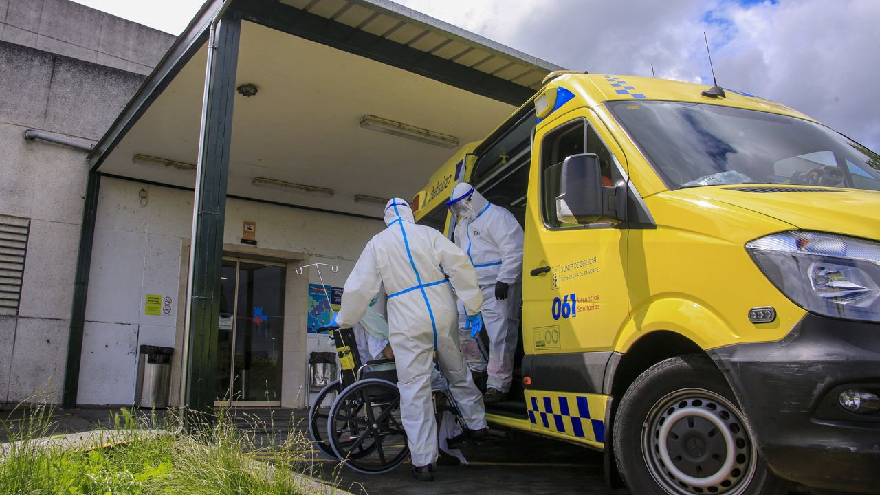 Traslado al hospital comarcal de un paciente afectado de covid-19, en una imagen de archivo