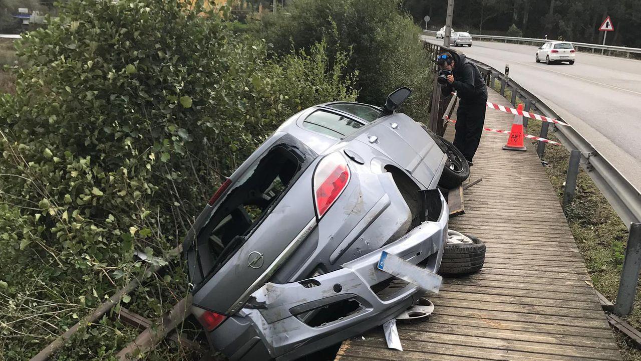 Así fue el izado del vehículo que cayó a las vías en O Porriño.Vista de la zona de contenedores del puerto de Marín
