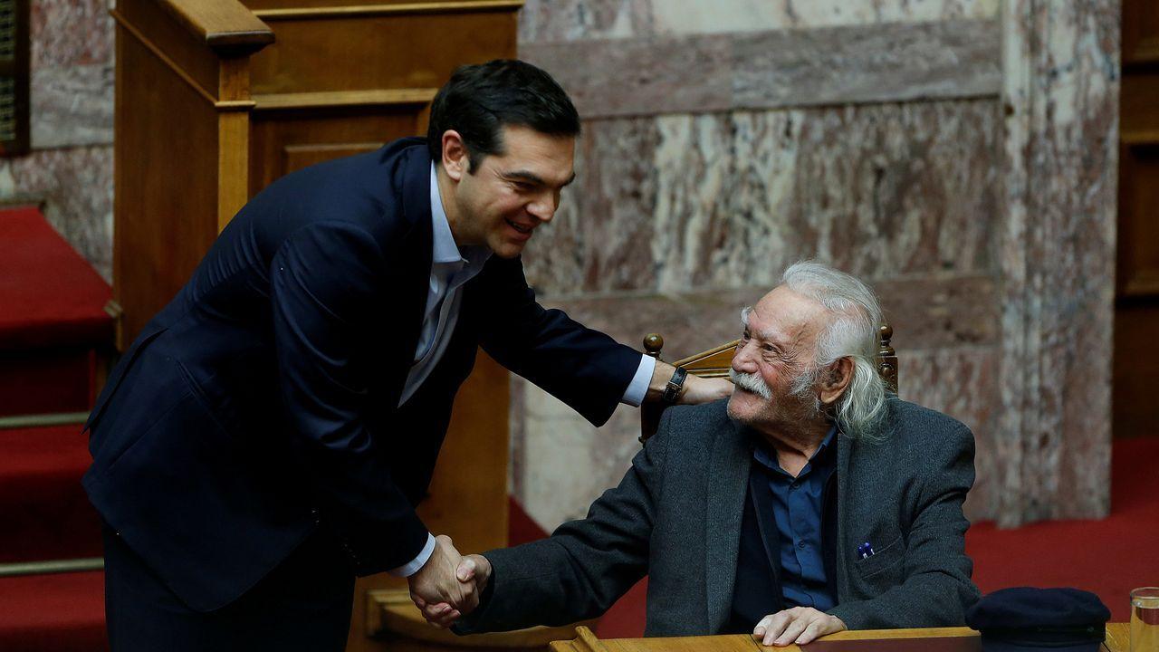Así está el mundo en medio de la pandemia.Tsipras saluda a Glezos, en enero del 2018 con Manolis Glezos