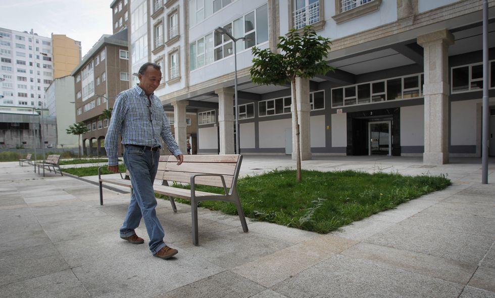 Las vallas, al fondo, llevan un año instaladas en la plaza porticada, ahora Ángel Ron Fraga.