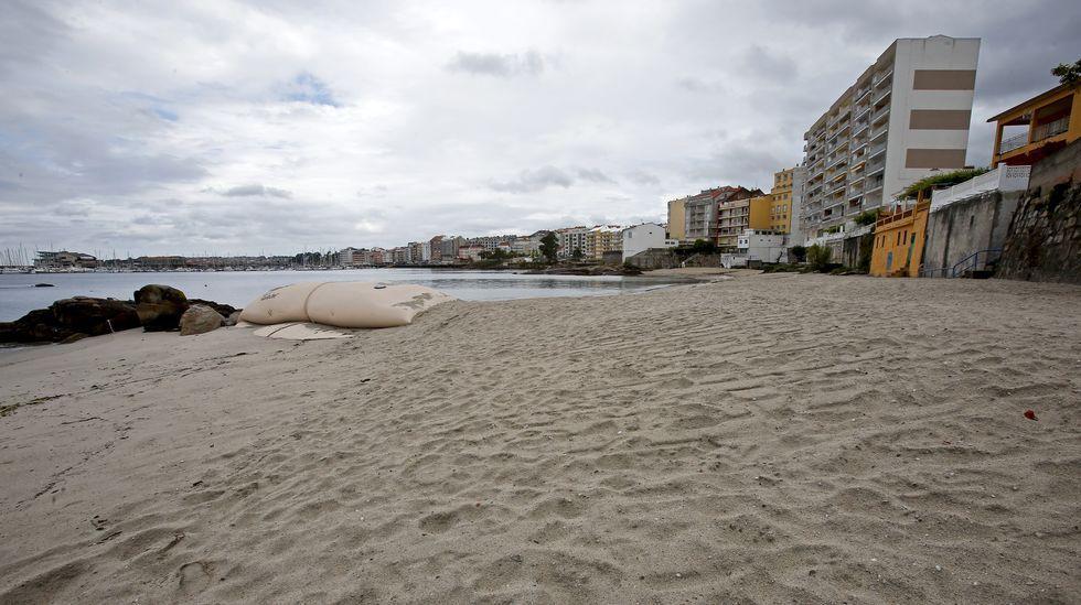 Así es A Carabaxeira con arena y así era antes de su regeneración.Puerto deportivo de Sanxenxo