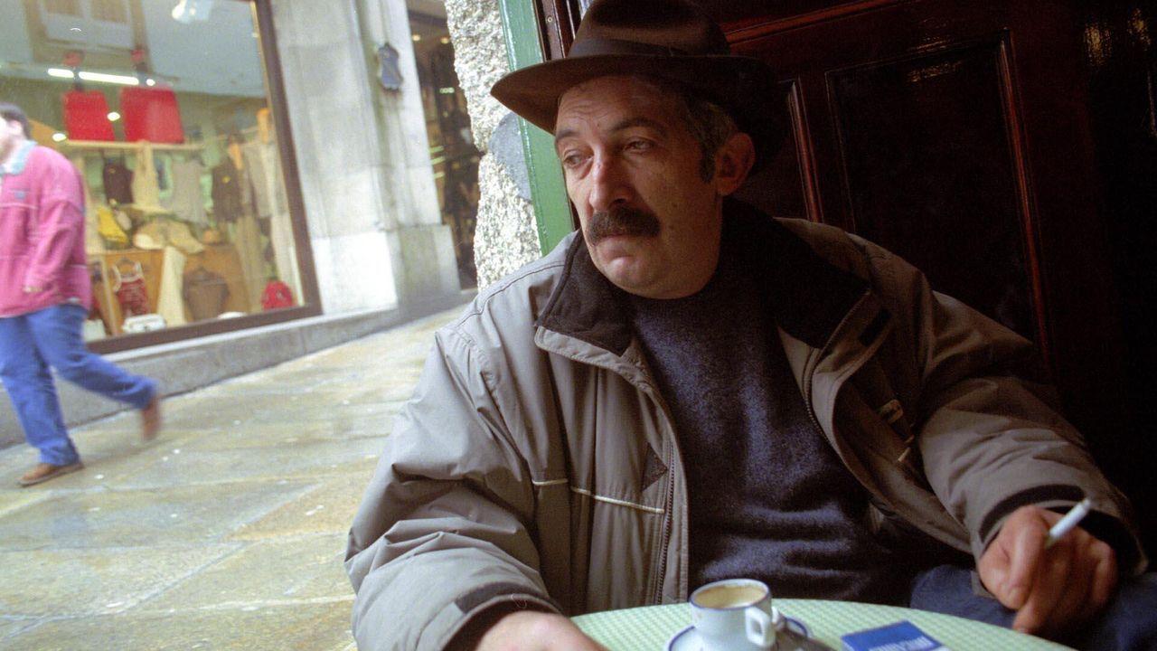 Roberto Vidal Bolaño, autor teatral fallecido en 2002 y al que se le dedicó el Día das Letras Galegas en 2013, tomando un café