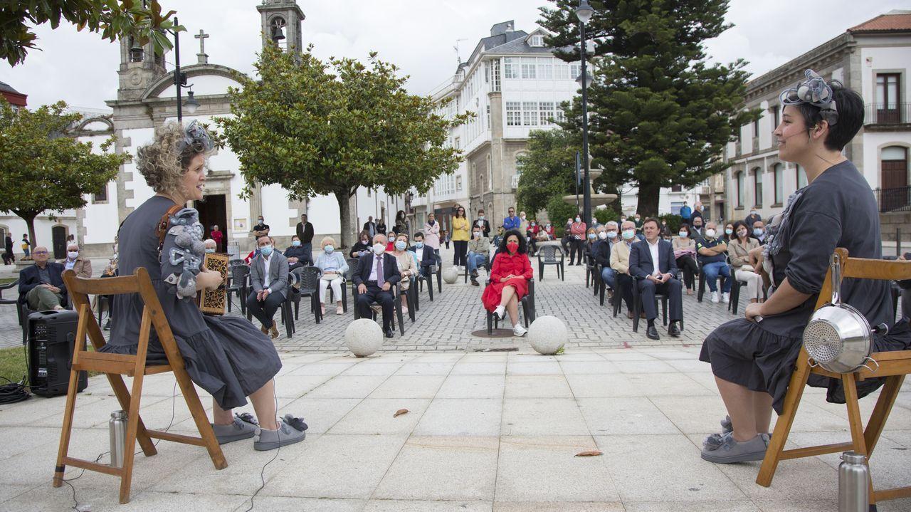 Casa Carnicero acrecienta la leyenda del arquitecto maldito de A Coruña.Gente pasea por el Campo San Francisco