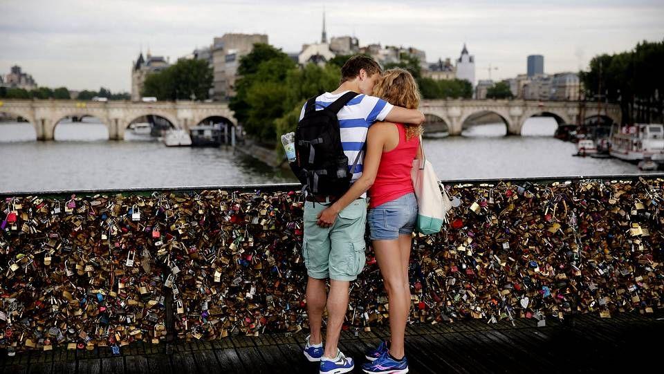 Felipe VI y Letizia Ortiz, de visita oficial en París.A primeros de junio, una barandilla del puente de las Artes de París cedió por el peso de los candados del amor