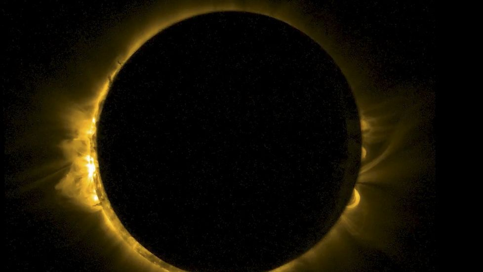 El eclipse solar, en streaming.Imagen del eclipse desde una playa de Indonesia.