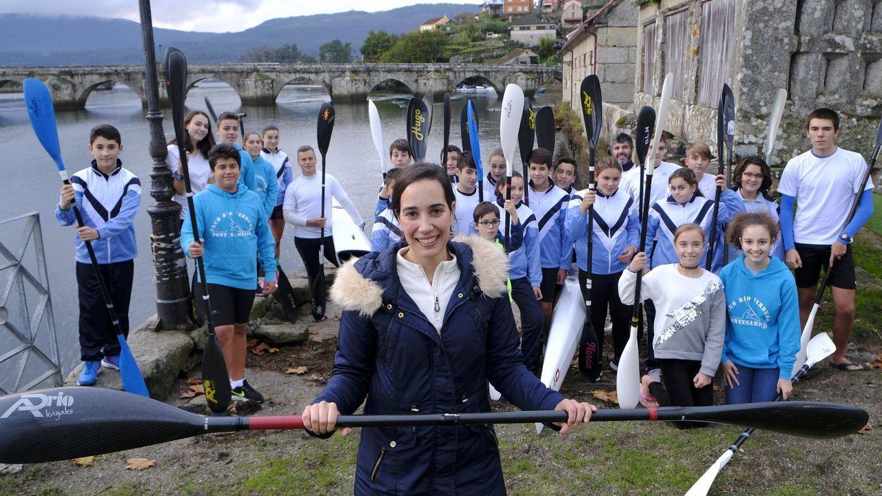 Susana Veiga, con el cartel de la playa del Porto que dará nombre a una de las habitaciones
