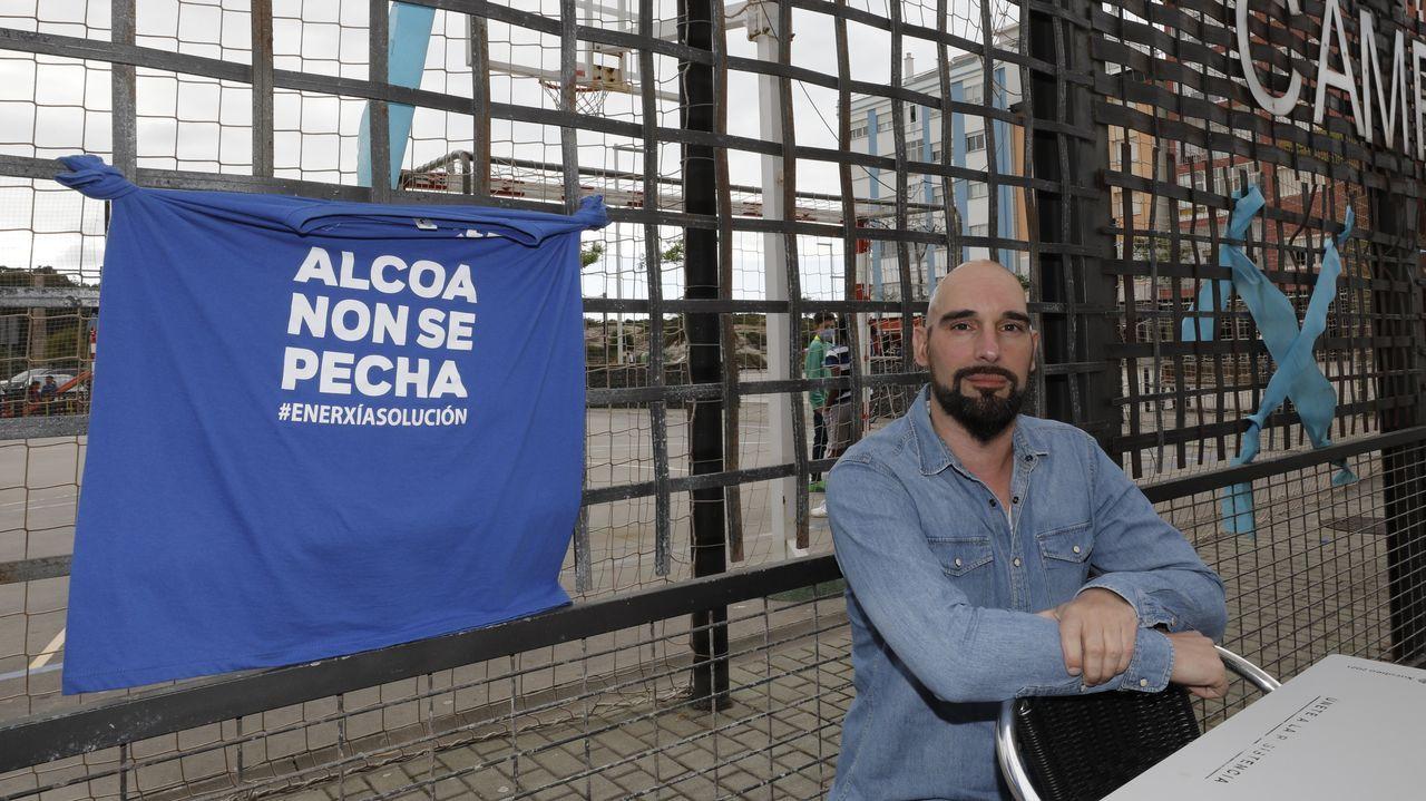 Vídeo de la primera cacerolada por los empleos que Alcoa quiere destruir en A Mariña.Empleados de la fábrica quemaron el cartel de Alcoa, en la entrada, al iniciar la huelga del pasado día
