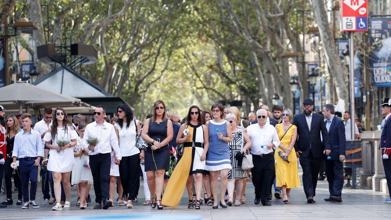 Las víctimas encabezan la comitiva de la ofrenda floral en el mosaico de Joan MIró de La Rambla de Barcelona.