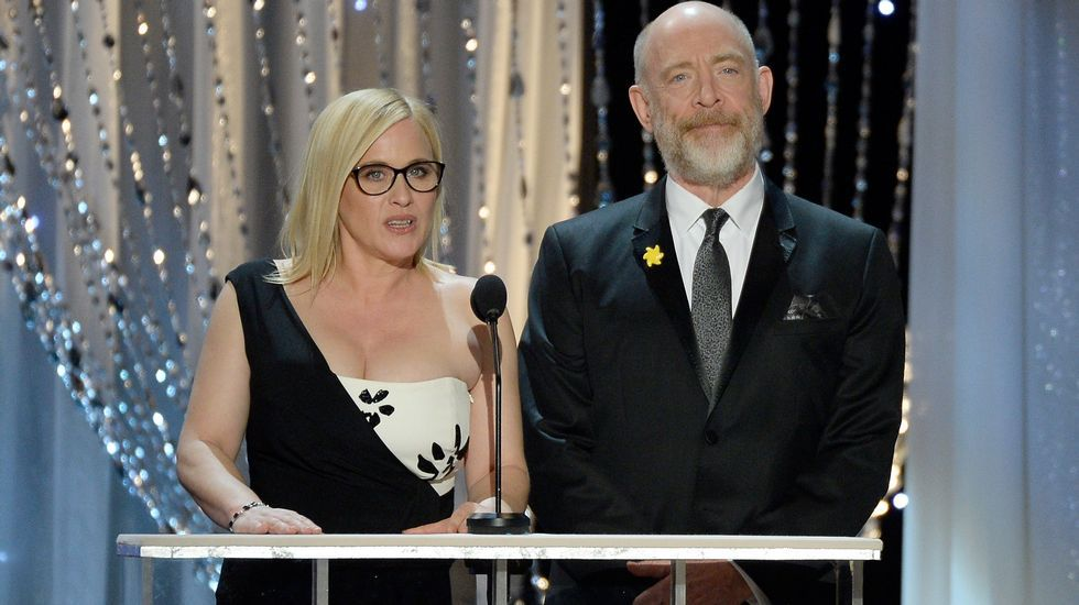 Patricia Arquette y J.K. Simmons presentan uno de los premios.