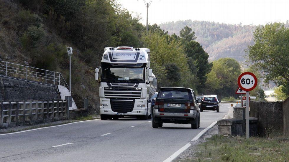 Por la N-536 circulan muchos camiones, sacando la pizarra de las canteras