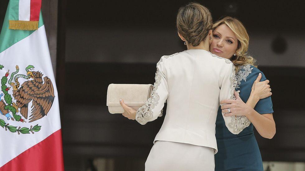 La cartera de mano, en el mismo tono, también la firmaba el diseñador madrileño. Además de traje, Letizia repitió también el recogido que lució en París