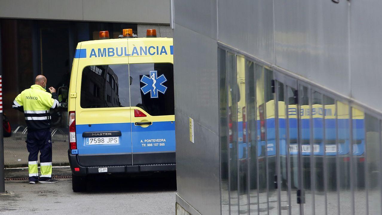 Ambulancias en el entorno del Hospital Montecelo, en Pontevedra
