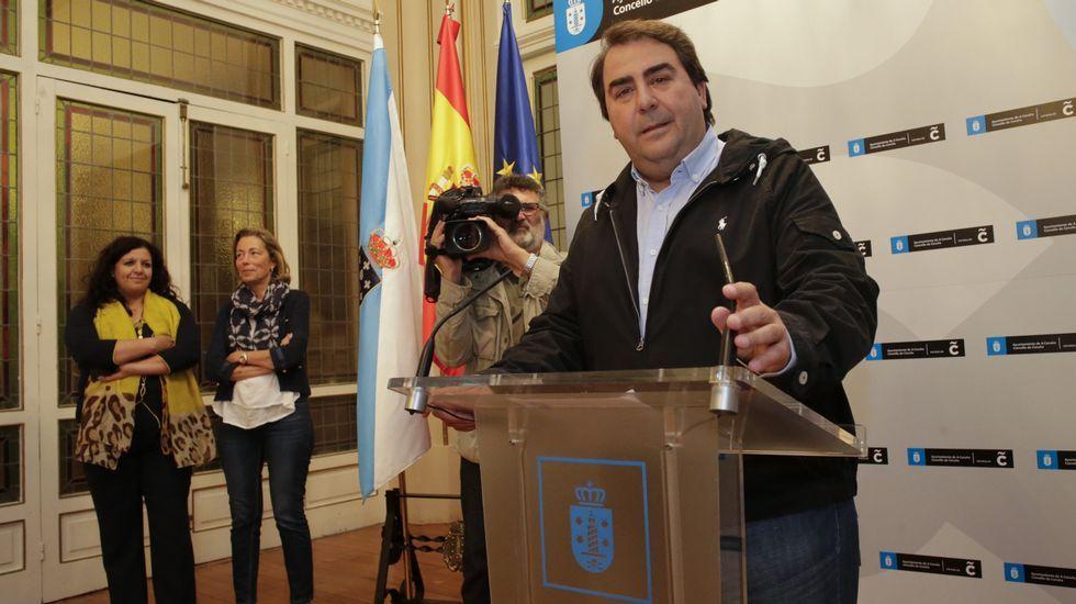 Negreira se despide de Xosé Manuel Carril (BNG) al término de la sesión extraordinaria.