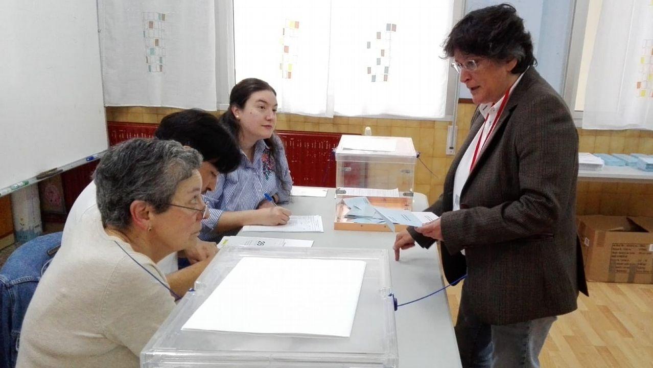 Votación de la alcaldesa de Mugardos, Pilar Díaz, candidata por Esquerda Unida-Son en Común