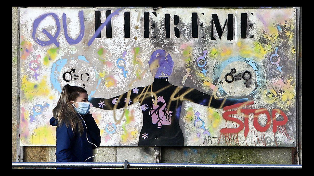 Grafitis contra la violencia de género en las naves de Ojea.