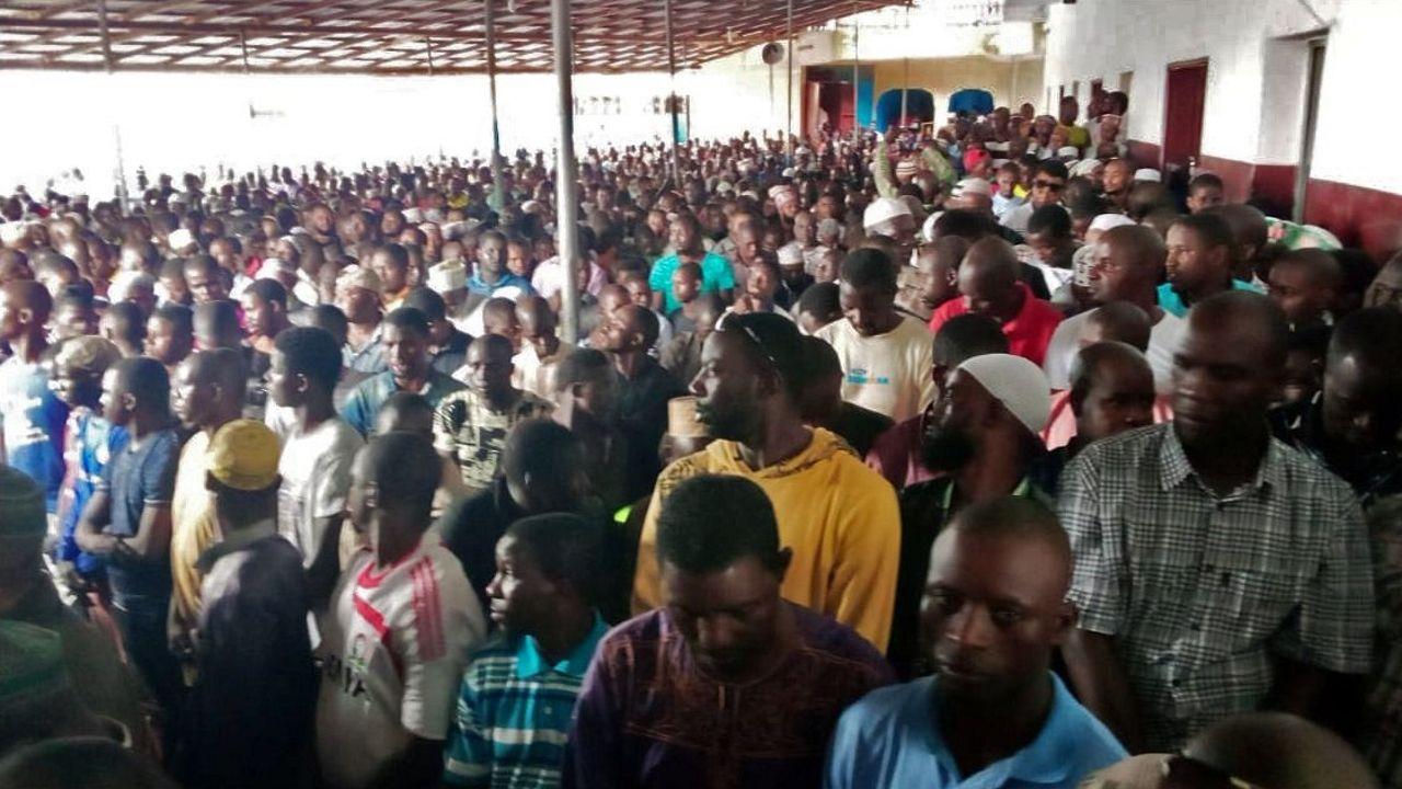 Un grupo de hombres aguardan el inicio de las oraciones en una mezquita de Monrovia, tras un incendio en una escuela que le ha costado la vida a cerca de una treintena de niños